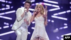 """Победители """"Евровидения"""" в 2011 году азербайджанские исполнители Нигяр Джамал и Фарид Мамедов (слева). Дюссельдорф, Германия, 14 мая 2011 года."""