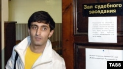 Эльхан Мирзоев во время судебного процесса по делу о его избиении в метро. Теперь он готовится отстаивать свои трудовые права
