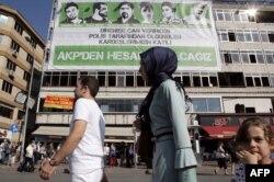 Плакат с фотографиями погибших в летних протестах в Стамбуле