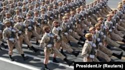 Войници от иранските военни сили маршируват по време на парада по повод деня на армията