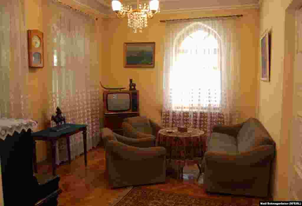 В комнате отдыха Мухтар Ауэзов встречал друзей, где они музицировали, играли в шахматы.