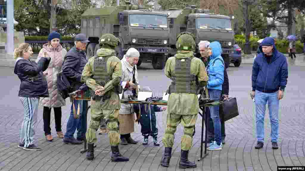 Российские военные показывают севастопольцам снайперские винтовки