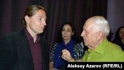 Автор фильма «Путешествие в сердце Азии» Шомфаи Кара Давид (слева) общается со зрителями после просмотра фильма. Алматы, 13 мая 2016 года.