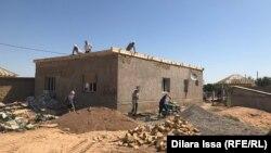 Строители, ремонтирующие дом в Арыси. Туркестанская область, 15 июля 2019 года.