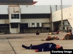 Зорян Шкіряк спить на злітній смузі аеропорту Делі в очікуванні вильоту (фото Оксани Котової)