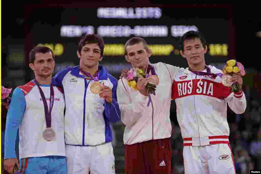 حمید سوریان( از سمت چپ دوم)