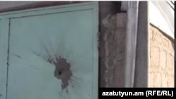 Пашкоджаныя дзьверы вясковага дому на армянскім баку мяжы.