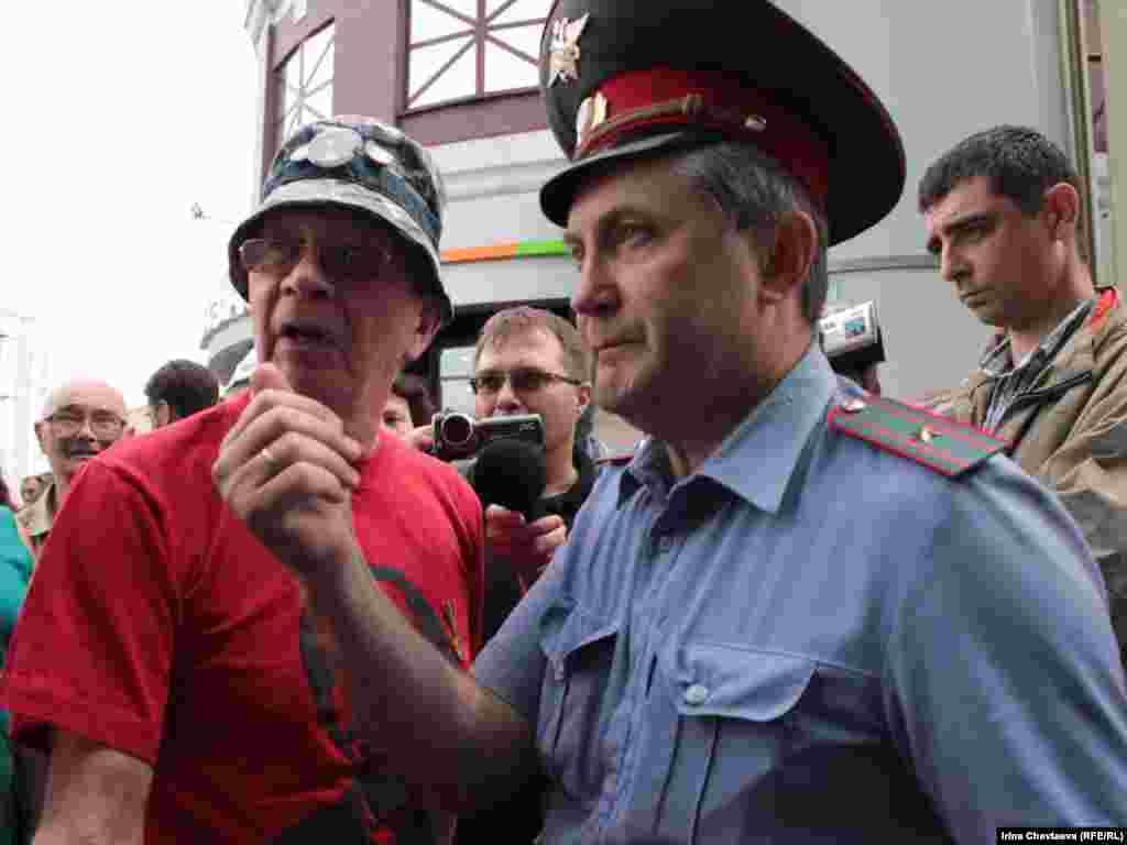 Несколько десятков человек с воздушными шарами и в майках с портретом Михаила Ходорковского колонной пошли по Арбату 26 июня, раздавая подарки прохожим.