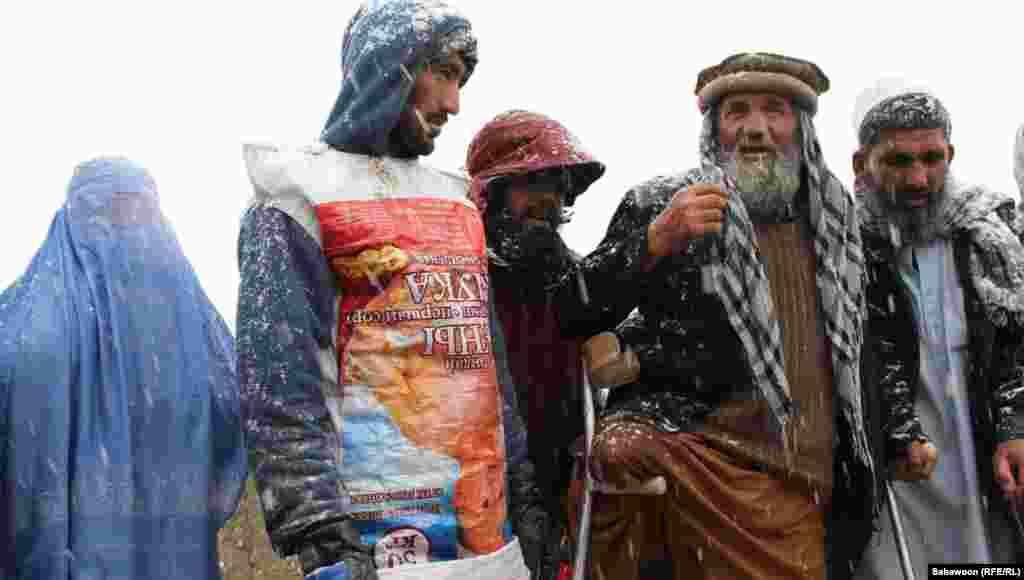Izbjeglice koriste i prazne vreće kako bi se dodatno zaštitili od hladnoće.