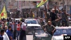 قوات حماية الشعب الكردي في تل أبيض