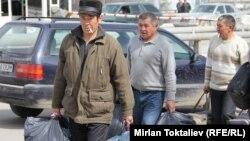 Қазақ-қырғыз шекарасынан өтіп жатқан адамдар. 23 наурыз 2012 жыл. (Көрнекі сурет)