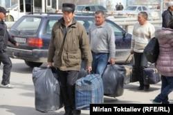 Қазақ-қырғыз шекарасынан өтіп жатқан мигранттар. Қазақстан, 23 наурыз 2012 жыл. (Көрнекі сурет)