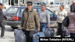 Қырғыз-қазақ шекарасындағы мигранттар. (Көрнекі сурет)