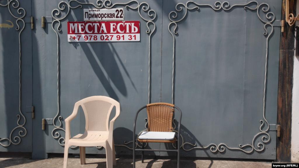 Цього роаку старт курортного сезону в Криму збігся з його піком, який зазвичай називають високим сезоном. У червні від «карантинного сну» прокинувся й курортний Коктебель – у селищі поступово відчиняються кафе, готелі і розважальні заклади
