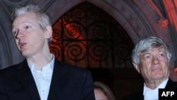 Մեծ Բրիտանիա - WikiLeaks-ի հիմնադիր Ջուլիան Ասանժը (ձախից) իր փաստաբան Ջեֆրի Ռոբերթսոնի հետ