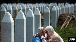 Prizor sa kolektivne dženaze i ukopa, Srebrenica, 11. juli 2014.