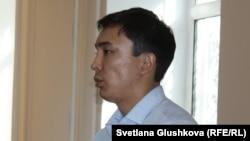 Жәбірленуші Әліби Жұмағұлов сот үкімін тыңдап тұр. Астана, 7 тамыз 2015 жыл.
