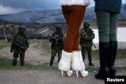Возле блокированной украинской военной базы в Перевальном