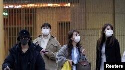 شهروندان ژاپنی در نزدیکی ایستگاه شلوغ شیبویا در توکیو