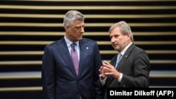 Presidenti i Kosovës, Hashim Thaçi dhe Komisioneri për Zgjerim i BE-së, Johannes Hahn.