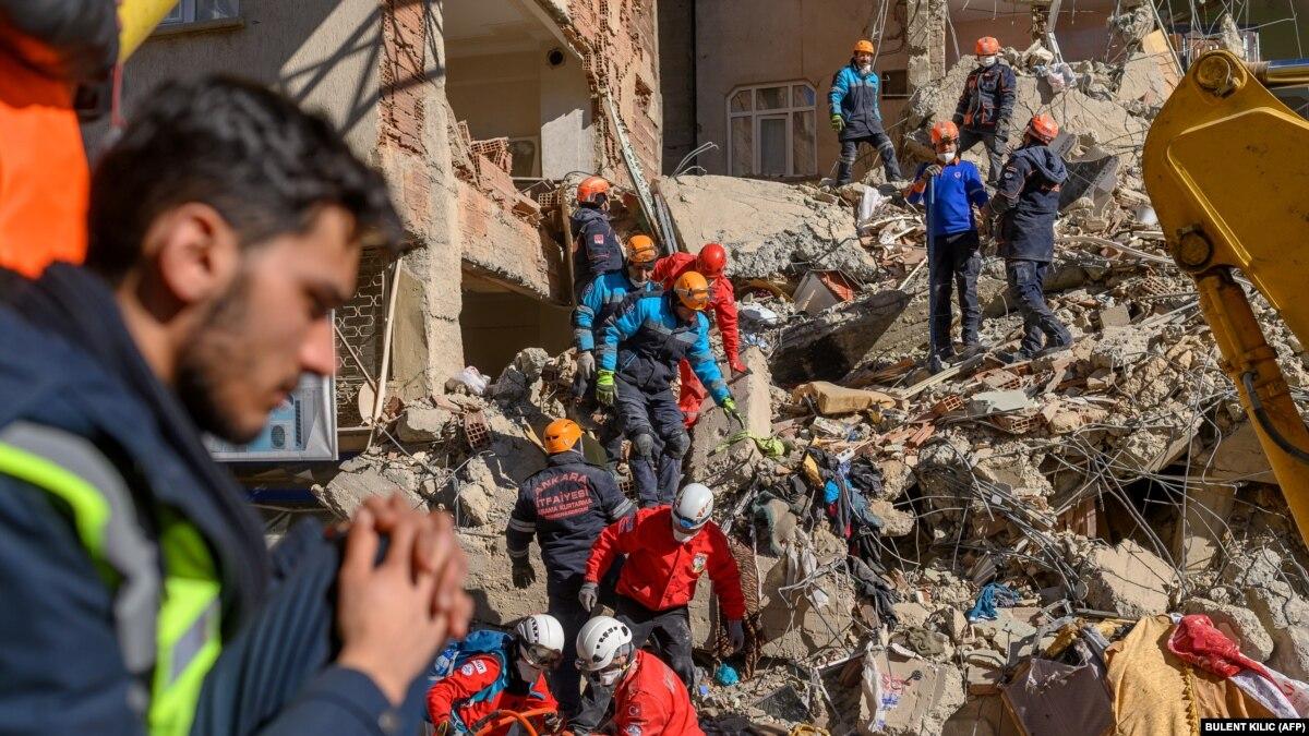 Жертв землетрясения в Турции уже более 30
