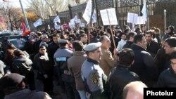 Կենսաթոշակների կուտակային համակարգի ներդրման դեմ բողոքի ցույց Ազգային ժողովի շենքի մոտ: 4-ը դեկտեմբերի, 2013թ.