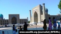 Регистан алаңындағы мерекеге дайындық. Өзбекстан, Самарқан, 19 шілде 2015 жыл.