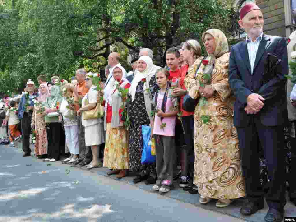 Jutros iza 10 sati iz Visokog je krenula kolona kamiona s tabutima 774 srebreničke žrtve i jednim sandukom s posmrtnim ostacima Rudolfa Hrena. Kolonu su ispratili građani Visokog odavajući poštovanje i učenjem fatihe. U Sarajevo su stigli nešto iza 11 sati gdje ih je više hiljada ljudi dočekalo učenjem Fatihe ili minutom ćutnje. Deseta kolektivna dženaza žrtvama genocida u Srebrenici biće do sada najveća po broju žrtava koje će biti ukopane. Foto: Midhat Poturović