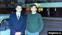 Özbəkistanın birinci prezidenti Islam Karimov-un oğlu Pyotr Karimov (sağda) siyasi mühacir Alisher Taksanov-la birlikdə. Foto Taksanov-un Facebook səhifəsindən götürülüb.