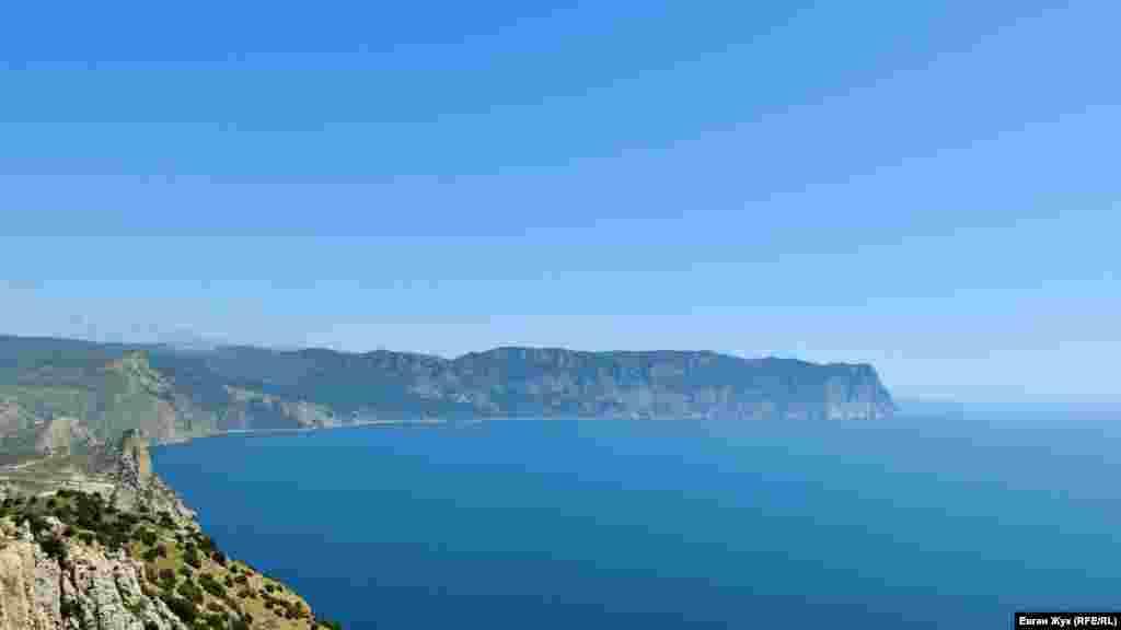 Вдалеке громадой уходит в море на 13 километров мыс Айя, его высота в районе скалы Кокия-Кая-Баш достигает 557 метров