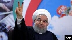 Хасан Роугани выступает перед сторонниками в Тегеране после подачи документов, что требует также сдать отпечатки пальцев, 14 апреля 2017