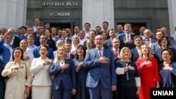 Народні депутати України під час фотографування на згадку про роботу у Верховній Раді VIII скликання. Київ, 11 липня 2019 року