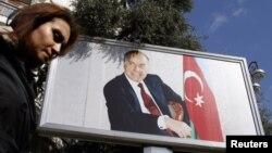 Bakıda Heydər Əliyevin plakatı.