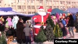 Предновогодняя продажа на центральном рынке. Алматы, 21 декабря 2012 года.