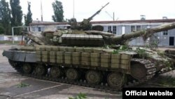 Украиналық әскерилер қолға түсірген ресейшіл сепаратистер ұрысқа пайдаланған әскери танк, 27 маусым 2014 жыл.