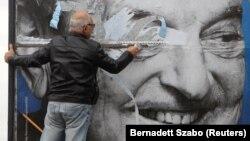Uklanjanje plakata sa likom Džordža Soroša, Budimpešta, fotoarhiv