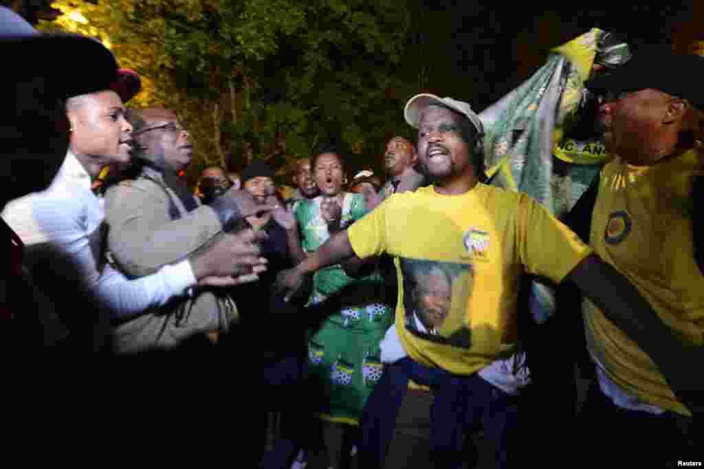 Во время трехдевного траура люди скорбели рядом с резиденцией Манделы не только днем, но и ночью. По южноафриканской традиции скорбящие танцуют в память об ушедшем из жизни.