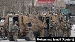 Солдати НАТО поблизу атакованого храму в Кабулі, 25 березня 2020 року