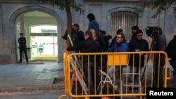 Новинари чекаат пред шпанскиот Врховен суд во Мадрид