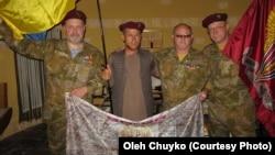 Амруддін (другий зліва), Олег Чуйко (крайній справа) та інші члени пошуково-рятувальної групи в Афганістані