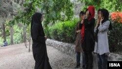 """İranda əxlaq polisinin yollarda saxladığı """"açıq-saçıq"""" geyimli qadınlar"""