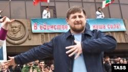 Чечня - Президент Рамзан Кадиров танцює під час святкування «офіційного закінчення» 10-річної «боротьби з тероризмом» в Чечні, Грозний, 16 квітня 2009 р.