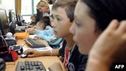 Интернет қарап отырған балалар. Еуропа, 2 қыркүйек 2008 жыл. (Көрнекі сурет)