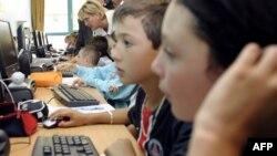 Интернет қарап отырған балалар. Көрнекі сурет