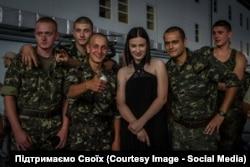 Анастасія Приходько з українськими військовослужбовцями у зоні АТО