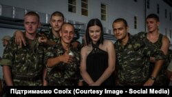 Анастасія Приходько з українськими вояками на Донбасі