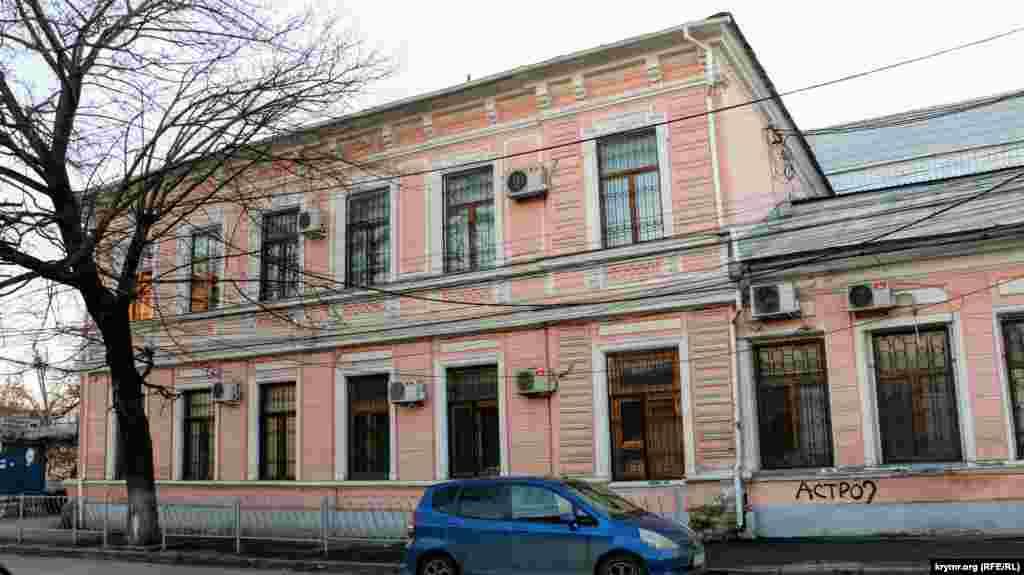 З правого боку привертає до себе увагу акуратна двоповерхова будівля. У ній знаходиться підконтрольний Росії Центральний районний суд Сімферополя