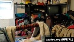 Жилая комната старого дома, который арендует семья, переехавшая в Астану из сельской местности