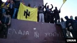 В Харькове около 300-т митингующих пытаются снести памятник Ленину (28 сентября 2014 года)