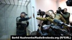 Надежда Савченко приветствует Владимира Рубана в киевском суде 9 марта 2018 года